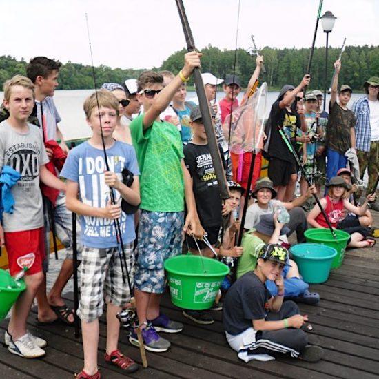 obóz wędkarski nad jeziorem